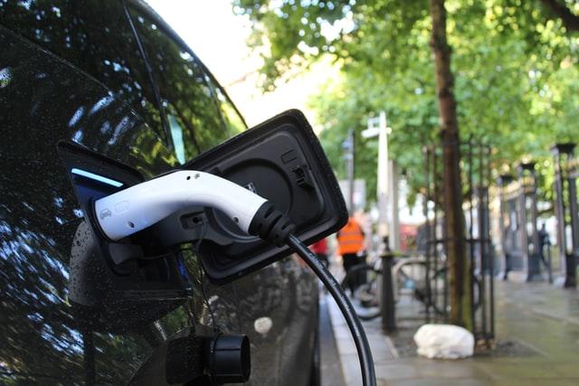 coche-electrico-punto-carga-casa